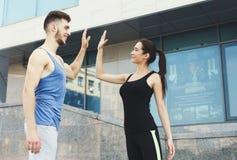 Couples sportifs se donnant la haute cinq Photographie stock