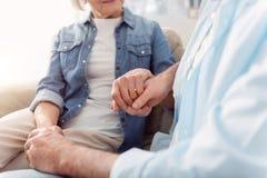 Couples stupéfiants de vieillissement regardant heureusement l'un l'autre photographie stock libre de droits