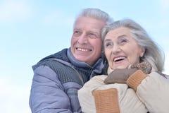 Couples supérieurs à l'hiver dehors Images stock