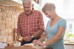 Couples supérieurs à la cuisine Image stock