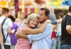 Couples supérieurs à la foire d'amusement Images stock
