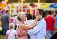 Couples supérieurs à la foire d'amusement Photo libre de droits