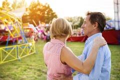 Couples supérieurs à la foire d'amusement Image stock
