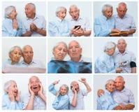 Couples supérieurs à la maison utilisant des smartphones Photographie stock libre de droits