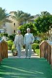 Couples supérieurs à la station de vacances d'hôtel Image libre de droits