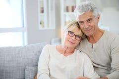 Couples supérieurs élégants se reposant à la maison Images libres de droits