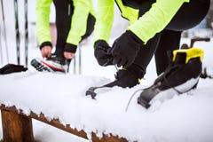 Couples supérieurs étant prêts pour le ski de fond Photo stock