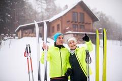 Couples supérieurs étant prêts pour le ski de fond Images libres de droits