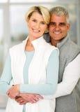 Couples supérieurs étreignant à la maison Photo libre de droits