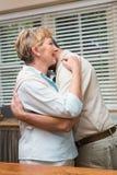 Couples supérieurs étreignant et souriant Photographie stock libre de droits
