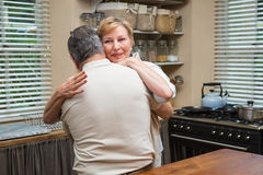 Couples supérieurs étreignant et souriant Photo libre de droits
