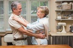 Couples supérieurs étreignant et souriant Image libre de droits