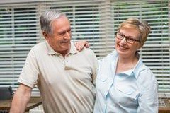 Couples supérieurs étreignant et souriant Photos stock