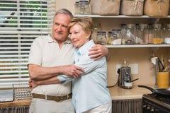 Couples supérieurs étreignant et souriant Image stock