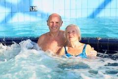 Couples supérieurs actifs appréciant le jacuzzi photos stock