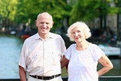 Couples supérieurs actifs appréciant le voyage à Amsterdam Images libres de droits