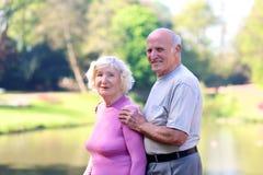 Couples supérieurs actifs détendant en parc Photos libres de droits