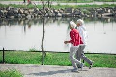 Couples supérieurs actifs dehors images stock