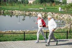 Couples supérieurs actifs fonctionnant par le lac image libre de droits