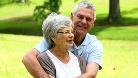 Couples supérieurs affectueux détendant en parc banque de vidéos