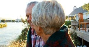 Couples supérieurs agissant l'un sur l'autre les uns avec les autres dans l'arrière-cour 4k banque de vidéos