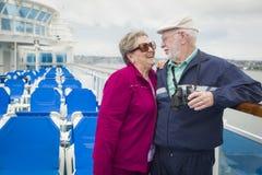 Couples supérieurs amoureux flirtant sur la plate-forme d'un bateau de croisière Images libres de droits
