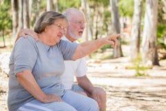 Couples supérieurs appréciant l'extérieur Photo libre de droits