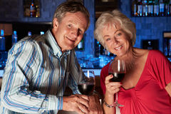 Couples supérieurs appréciant la boisson dans la barre Images libres de droits