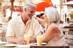 Couples supérieurs appréciant la boisson dans le ½ extérieur de ¿ de Cafï Images stock