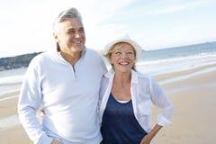 Couples supérieurs appréciant la marche sur la plage Images stock