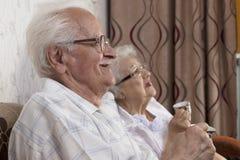 Couples supérieurs appréciant la tasse de café Images libres de droits