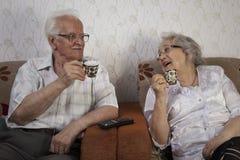 Couples supérieurs appréciant la tasse de café Photographie stock libre de droits