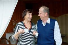 Couples supérieurs appréciant le casse-croûte Photographie stock