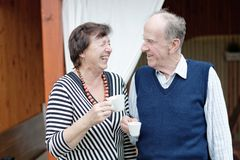 Couples supérieurs appréciant le casse-croûte Photos stock