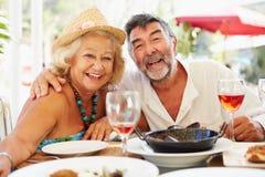 Couples supérieurs appréciant le repas dans le restaurant extérieur Photo libre de droits