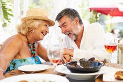 Couples supérieurs appréciant le repas dans le restaurant extérieur Image libre de droits
