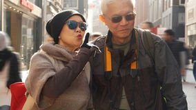 Couples supérieurs asiatiques ayant l'amusement dans l'anniversaire de retraite de l'Europe Photo stock