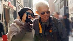Couples supérieurs asiatiques ayant l'amusement dans l'anniversaire de retraite de l'Europe Photo libre de droits