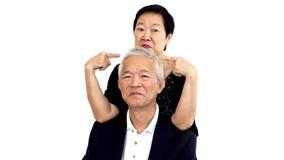 Couples supérieurs asiatiques jouant le taquinerie Longue relation de femme et d'homme Photo stock
