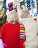 Couples supérieurs au magasin de Noël Photos libres de droits