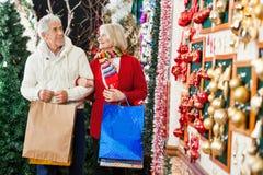 Couples supérieurs au magasin de Noël Images libres de droits