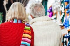 Couples supérieurs au magasin de Noël Photos stock