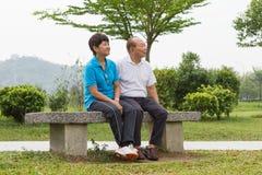 Couples supérieurs au parc Photos stock