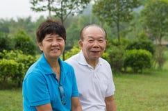 Couples supérieurs au parc Photographie stock