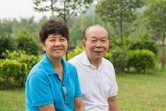 Couples supérieurs au parc Photographie stock libre de droits