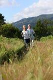 Couples supérieurs augmentant en montagnes Images stock