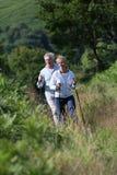 Couples supérieurs augmentant un beau jour ensoleillé en nature Photos libres de droits