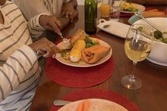 Couples supérieurs ayant le repas sur la table de salle à manger à la maison photo libre de droits