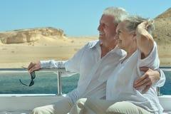 Couples supérieurs ayant le tour de bateau Photographie stock
