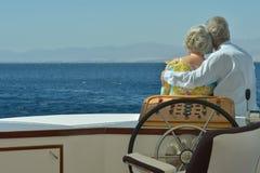 Couples supérieurs ayant le tour de bateau Images libres de droits